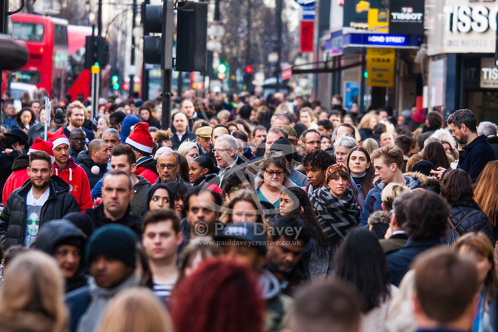 """London, December 23rd 2014. Dubbed by retailers as the """"Golden Hour"""" thousands of shoppers use their lunch hour to do some last minute Christmas shopping in London's West End. PICTURED: Thousands of Christmas shoppers keep the retail bonanza going."""