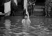 """Benares (Varanasi) Indie, 10.1997. Najbardziej znane na swiecie indyjskie miasto-1,5 mln mieszkancow. Jest najwazniejszym miejscem pielgrzymkowym w Indiach i zarazem najwieksza atrakcja turystyczna kraju. Miasto lezy nad Gangesem (Ganga) swieta rzeka hinduizmu. Kazdy wyznawca hiduizmu przynajmniej raz w zyciu pownien obmyc cialo w wodach Gangesu w Benares, stad mozna powiedziec, ze jest to najwazniejsze miasto dla wyznawcow hinduizmu *** Varanasi, also known as Benares, is a city on the banks of the river Ganges in Uttar Pradesh, India. In the sacred geography of India Varanasi is known as the """"microcosm of India"""". Varanasi is considered as the religious capital of Hinduism *** N/z rytualna kapiel w wodach Gangesu fot Michal Kosc / AGENCJA WSCHOD"""