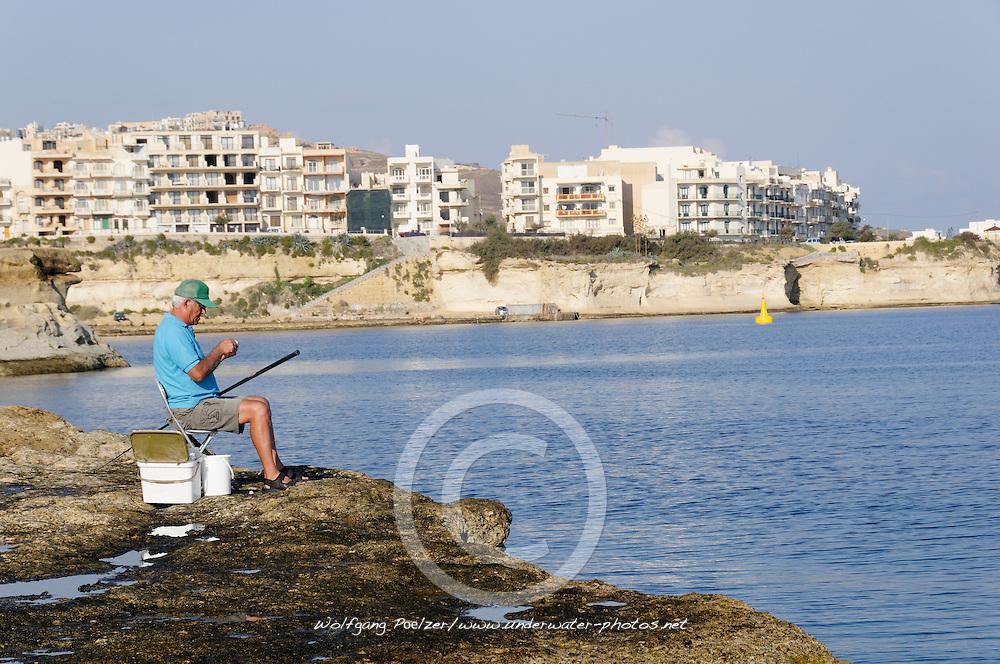 Fisherman in front of Marsalforn, Fischer vor Marsalforn, Gozo, Malta, Sued Europa, Mittelmeer, Mare Mediterraneum, Sotuh Europe, Mediterranean Sea