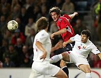 Fotball<br /> VM-kvalifisering<br /> Norge v Hviterussland<br /> Ullevaal stadion<br /> 8. september 2004<br /> Foto: Digitalsport<br /> Morten Gamst Pedersen, Norge, og Sergei Omelyanchuk, Hviterussland