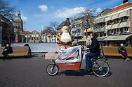 Den Haag. Grote Markt. Standbeeld van Haagse Harry, een creatie van de Haagse striptekenaar Marnix Rueb. Foto: Gerrit de Heus