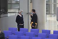 DEU, Deutschland, Germany, Berlin, 14.05.2020: Plenarsitzung im Deutschen Bundestag. Zwei Abgeordnete unterhalten sich und tragen dabei Mund-Nase-Schutzmasken, um eine Ansteckung mit dem Coronavirus zu vermeiden.