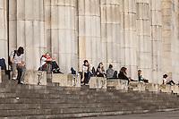 GENTE SENTADA EN LOS EXTERIORES DE LA FACULTAD DE DERECHO, CIUDAD DE BUENOS AIRES, ARGENTINA (PHOTO © MARCO GUOLI - ALL RIGHTS RESERVED)