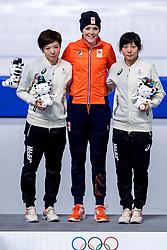 14-02-2018 KOR: Olympic Games day 5, PyeongChang<br /> Jorien ter Mors (M) op het podium in de Gangneung Oval na haar rit op de 1000 meter op de Olympische Winterspelen van Pyeongchang. Links zilveren medaille-winnares Nao Kodaira en rechts Miho Takagi die derde werd