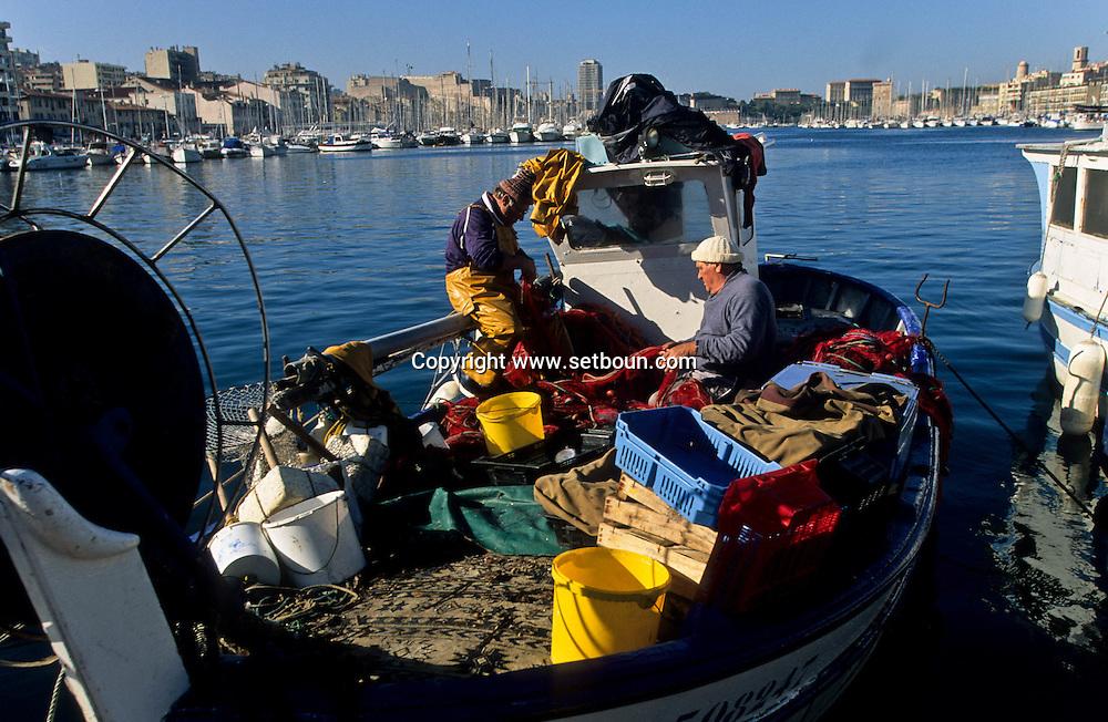 Fish market and fishermen . old port  Marseille  France  marche aux poissons. pecheurs. sur le vieux port  Marseille  France        L0008219  /  R20711  /  P115902