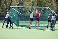 AMSTELVEE - jeugd op het sportveld. Kinderen verplaatsen een hockeydoel.  ANP/Hollandse Hoogte/Koen Suyk