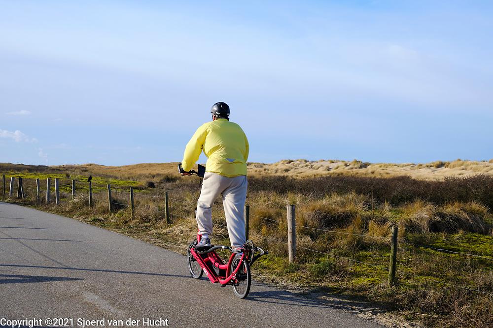 Man op step door de Haagse duinen.   Man on step through the dunes of The Hague