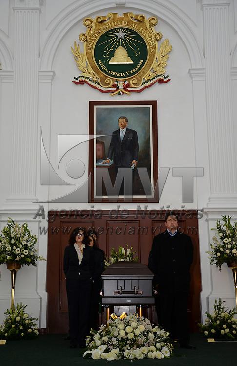 Toluca, México.- En el Aula Magna de la UAEM se rindió homenaje de cuerpo presente al ex rector Antonio Huitrón Huitrón,  en donde estuvo Jorge Olvera García, actual rector de la Universidad  Autónoma del Estado de México. Agencia MVT / Crisanta Espinosa
