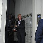 NLD/Amsterdam/20061223 - Huwelijk Andre en van Duin en partner Martin Elferink, worden opgehaald door chauffeur