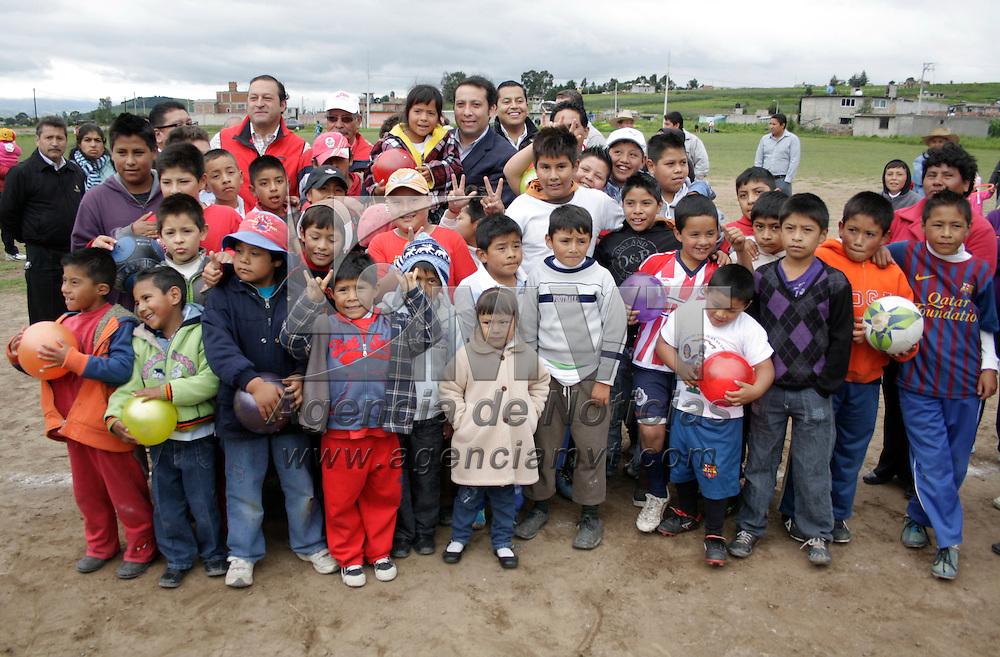 Toluca, México.- Guillermo Legorreta Martínez, alcade de Toluca, inaguró los modulos de vestidores de la liga de futbol en la delegación de San Martín Toltepec. Agencia MVT / Arturo Hernández S.