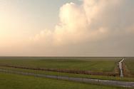 Buitendijks kweldergebied van waterschap Blija Buitendijks.<br /> Waterschap Blija Buitendijks is het kleinste waterschap van Nederland. Het waterschap beheert 100 hectare weiland, gelegen bij het dorp Blija in het noorden van Friesland, tussen de Waddenzeedijk en zomerdijk. Direct achter de 2,25 m +NAP hoge zomerdijk bevindt zich het uitgestrekte kweldergebied van de Waddenzee. Bij hoogwater (vloed) stroomt het buiten de zomerdijk gelegen kwelder regelmatig onder water. Bij extreem hoog water, bijvoorbeeld bij springtij en noordwesterstorm komt het zeewater vanuit de Waddenzee ook over de zomerdijk. De door het waterschap beheerde polder komt dan geheel onder water te staan, soms zelfs tot halverwege de Waddenzeedijk (op de voorgrond afgebeeld). Bij afgaand tij (eb) stroomt het zeewater via klepstuwen in de zomerdijk terug naar de Waddenzee. <br /> Midden op de foto is een dobbe zichtbaar, een door een aarden wal omgeven drinkplaats voor vee. Overstroming van een dobbe met zeewater komt zelden voor. De dobbe is daarom ook geschikt als hoogwatervluchtplaats voor het buitendijks geweide vee.<br /> Op de achtergrond in de richting van de Waddenzee is de 600 meter verderweg gelegen zomerdijk nog een beetje zichtbaar.