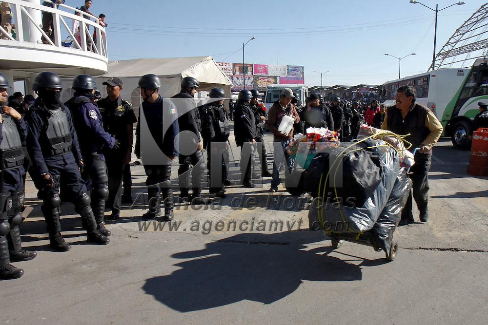 TOLUCA, México.- La  Policía municipal de Toluca resguarda  las inmediaciones del mercado de Palmillas, después de que se suscitara un enfrentamiento entre comerciantes y elementos de la PGR, durante el decomiso de mercancía ilegal, algunos comerciantes resultaron heridos. Agencia MVT / Crisanta Espinosa. (DIGITAL)