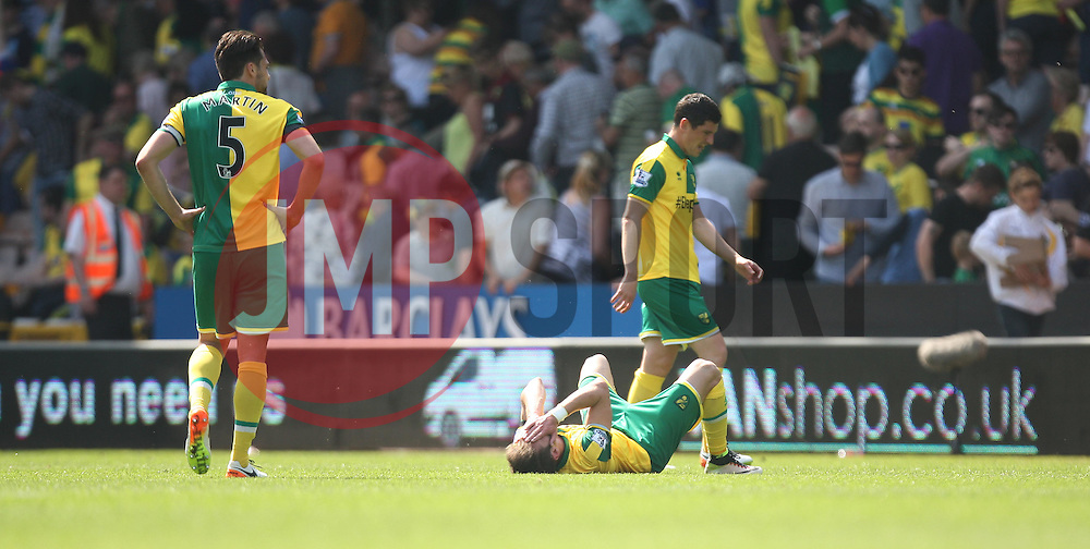 Norwich City players dejected at the final whistle - Mandatory by-line: Jack Phillips/JMP - 07/05/2016 - FOOTBALL - Carrow Road - Norwich, England - Norwich City v Manchester United - Barclays Premier League