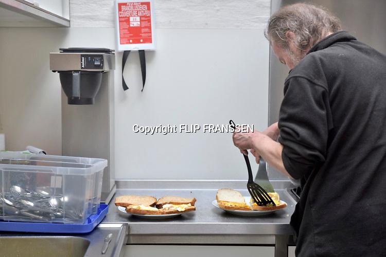 Nederland, Nijmegen, 9-12-2018 In een bakpan worden eieren met spek gebakken bij de opvang voor thuislozen, daklozen . Op zondag komen zij hier in de kapel van de straatpastor en krijgen na de dienst een broodmaaltijd . NIET BIJ NEGATIEVE BERICHTEN OVER ZWERVERS EN DAKLOZEN.Foto: Flip Franssen