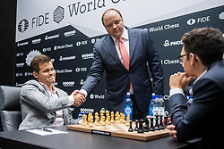 November 10, 2018 - London, GREAT BRITAIN - 181110 Magnus Carlsen of Norway,  Andrey Guryev, Vice President and Member of the Board of Trustees of the Russian Chess Federation, and Fabiano Caruana of USA during round 2 of The FIDE World Chess Championship 2018 on November 10, 2018 in London. .Photo: Fredrik Varfjell / BILDBYRÃ…N / kod FV / 150158 (Credit Image: © Fredrik Varfjell/Bildbyran via ZUMA Press)