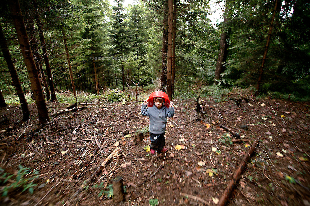 Svizzera, San Gallo, asilo nel bosco , I giochi pre-fabbricati in genere non esistono; è la natura a offrire gli strumenti per il gioco, sviluppando tutti i sensi del bambino, che è libero di scieglere con cosa e con chi relazionarsi.  <br /> <br /> Switzerland, St. Gallen, kindergarten in the wood. Children are free to run and enjoy in the wood no matter cold or snow.<br />  It happens in switzerland, but the idea took place in Germany. <br /> Why children can't spend part of their childhood free from ordinary toys and outside in the country?<br /> In these Kindergarten children from 3 to 9 don't have a proper kindergarten with concrete walls and barbies or lego as toys. They spend all the time in the bush, playing with mud and three brunches and seeds, mushrooms, leaves and whatever the nature can offer. They learn how to use knives and saws in order to build their own toys and  run free whenever they feel like.<br /> No matter the weather,if it's too cold they learn how to light a fire ( in winter the temperature can reach -8° degrees), there is just a little hut ( they are in charge to keep it clean) for hard rain.