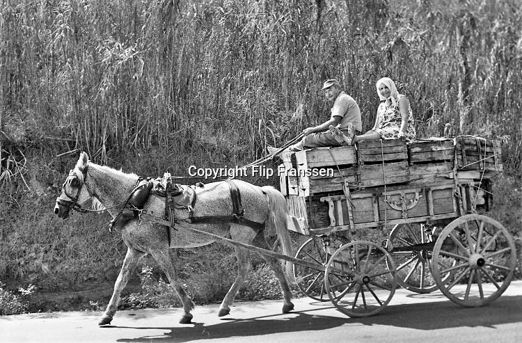 Griekenland, Agia trias, 8-9-1973  Een ouder echtpaar zit op hun kar die gevuld is met lege kratten . Dewagen wordt getrokken door een paard en de wielen hebben geen banden maar zijn van hout .Foto: ANP/ Hollandse Hoogte/ Flip Franssen
