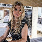 NLD/Zandvoort/20140518 - Lock me Up - Free a Girl  2014, Vivian Reijs opgesloten in haar hokje