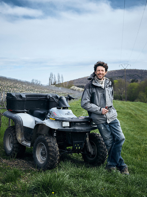 Olivier Horiot, champagne Horiot Pere & Fils, next to his vineyard, covered in green grass, a rare thing. Les Riceys, France. April 13, 2018.<br /> Olivier Horiot, champagne Horiot Pere & Fils, pres de ses vignes, couvertes d'herbe verte, une chose rare. Les Riceys, France. 13 avril, 2018.