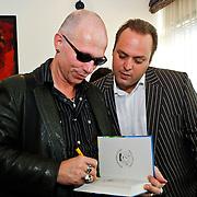 NLD/Den Haag/20100906 - Start Alfabetiseringsweek met installatie forum A tot Z, Paul van Loon tekend zijn boek voor de kinderen van Frans Bauer