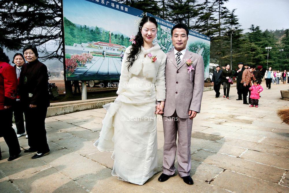 China,Shaoshan ,Hunan Provincie,maart 2008.Bruidspaar in de buurt van het geboortedorp van voormalige leider Mao Zedong.