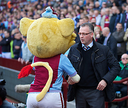 19.04.2014, Villa Park, Birmingham, ENG, Premier League, Aston Villa vs FC Southampton, 35. Runde, im Bild Aston Villa's manager Paul Lambert shanks hands with the mascot // during the English Premier League 35th round match between Aston Villa and Southampton FC at the Villa Park in Birmingham, Great Britain on 2014/04/19. EXPA Pictures © 2014, PhotoCredit: EXPA/ Propagandaphoto/ David Rawcliffe<br /> <br /> *****ATTENTION - OUT of ENG, GBR*****