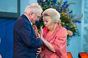 Prinses Beatrix tijdens de uitreiking van de Zilveren Anjers van het Prins Bernhard Cultuurfonds in het Koninklijk Paleis Amsterdam. <br /> <br /> Princess Beatrix at the ceremony of the Silver Carnations of the Prince Bernhard Culture Fund in the Royal Palace of Amsterdam.<br /> <br /> Op de foto:  Jan Buisman ontvangt uit handen van prinses Beatrix een Zilveren Anjer // Jan Buisman receives a Silver Carnation from Princess Beatrix