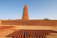 Niger. Agadez (Agades). Porte du desert. La Grande mosquee, architecture de terre. 16e siecle. // Niger. Agadez. Door of the desert. The Great Mosque build of mud, 16 century.