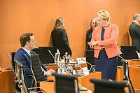 02 SEP 2020, BERLIN/GERMANY:<br /> Jens Spahn (L), CDU, Bundesgesundheitsminister, und Franziska Giffey (R), SPD, Bundesfamilienministerin, im Gespraech, vor Beginn einer SItzung des Kabinetts im grossen Sitzungssaal, der aufgrund der Corona-Vorgaben fuer die Kabinettsitzung genutzt wird, Budneskanzleramt<br /> IMAGE: 20200902-01-030<br /> KEYWORDS: Sitzung, Kabinett, Gespräch