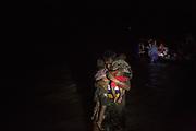 Rohingyas_02<br /> Un padre lleva a sus dos hijos pequeños en brazos después de desembarcar en Shah Porir Dwip, al sur de Bangladesh. Los rohingyas viajan de noche porque es más fácil cruzar la frontera sin ser descubiertos. 23/09/2017.