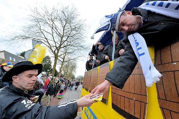 Nederland, Malden, 6-2-2016 Carnavalsoptocht door het dorp.In de optocht worden vaak lokale politieke of sociale themas, onderwerpen op de hak genomen. Satire, de spot drijven met, cabaretesk, op de hak nemen, thema, onderwerp, politiek,lokaal, te kijk zetten.Foto: Flip Franssen /HH