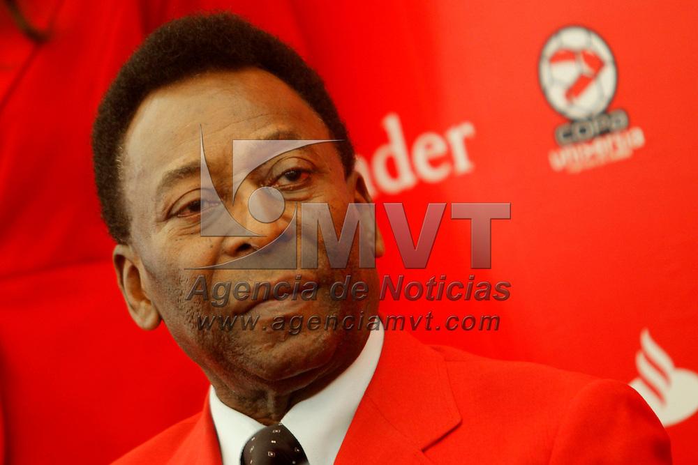 Toluca, Mex.- Edson Arantes do Nascimiento, Pelé, ex futbolista brasileño acudió a la premiación de los juegos de Futbol Asociación, dentro de la Universiada Nacional 2011. Agencia MVT / Crisanta Espinosa. (DIGITAL)<br /> <br /> NO ARCHIVAR - NO ARCHIVE