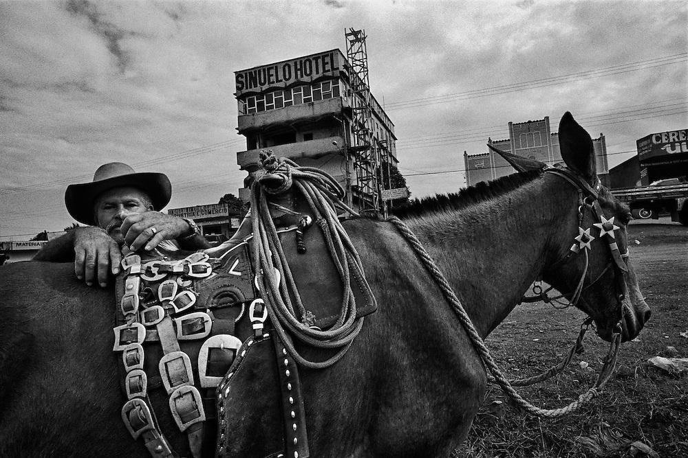 """Brazil, transamazonica, para.<br /> <br /> Medicilandia, km 90 de la transamazonienne.<br /> Fierte du regime militaire, la transamazonienne n'est plus praticable aujourd'hui que sur la moitie de son parcours. Debutee en 70, son role """"integrateur"""" doit permettre l'occupation de l'Amazonie et l'ouverture de territoires pionniers destines aux populations pauvres."""