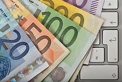 SYMBOLBILD - Online-Shopping, Tastatur mit Geldfaecher, EURO // Online shopping, keyboard with money pockets, EURO. EXPA Pictures © 2015, PhotoCredit: EXPA/ Eibner-Pressefoto/ Weber<br /> <br /> *****ATTENTION - OUT of GER*****