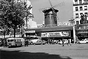 Frankrijk, La France, Parijs, Paris, 1970Satdsbeeld, straatbeeld, uit de zeventiger en tachtiger jaren. Mouilin Rouge in de uitgaanswijk Pigalle. Uitgaan, clubs,dancing,sexclub,seksclubFoto: Flip Franssen