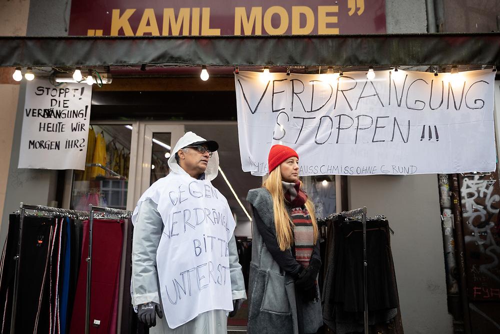 Demo für Kneipenkollektiv Meuterei: Mehrere hundert Menschen demonstrieren in Berlin für den Erhalt des linken Kneipenkollktives Meuterei in der Reichenberger Strasse 58 in Kreuzberg. Die Demonstration stoppt vor dem Laden Kamil Mode des Inhaber Hassan Qadri (Bildmitte). Dem Ladeninhaber wurde nach 17 Jahren der Mietvertrag gekündigt, da der Eigentümer die Geschäftsräume renovieren und teurer weitervermieten will. <br /> <br /> [© Christian Mang - Veroeffentlichung nur gg. Honorar (zzgl. MwSt.), Urhebervermerk und Beleg. Nur für redaktionelle Nutzung - Publication only with licence fee payment, copyright notice and voucher copy. For editorial use only - No model release. No property release. Kontakt: mail@christianmang.com.]