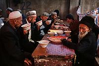 Chine, Province du Sinkiang (Xinjiang), Kashgar (Kashi), Bazar de la vieille ville, Population Ouigour, Restaurant // China, Sinkiang Province (Xinjiang), Kashgar (Kashi), Old city bazar, Ouigour population, Restaurant