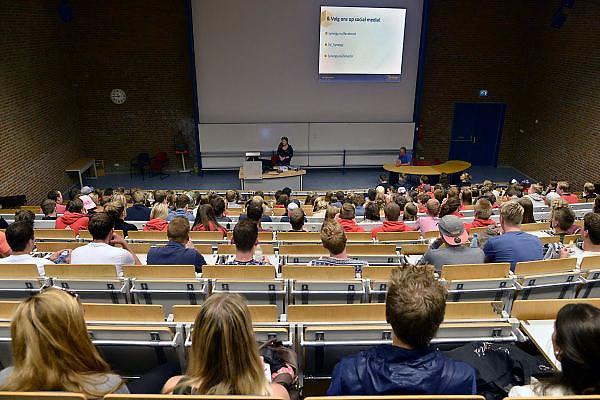 Nederland, Nijmegen, 20-8-2014De nieuwe eerstejaars studenten bedrijfskunde aan de Radboud Universiteit krijgen uitleg over hun studie in een collegezaal.faculteitsverenigingFOTO: FLIP FRANSSEN/ HOLLANDSE HOOGTE