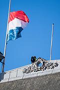 Nationale dodenherdenking bij het Nationale Monument op de Dam, Amsterdam. // National Memorial day at the National Monument on the Dam, Amsterdam.<br /> <br /> Op de foto:  Beveiliging