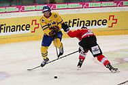 Tim Ramholt (SUI) gegen Andreas Thuresson (SWE) im Testspiel zwischen der Schweiz und Schweden, am Mittwoch, 09. April 2014, in der Diners Club Arena Rapperswil-Jona. (Thomas Oswald)