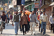 Body of dead Hindu carried in procession in street for funeral pyre cremation by the Ganges, Varanasi, Benares, Northern India