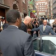 NLD/Amsterdam/20060626 - Premiere Over the Edge, Bruce Willis verlaat de premiere aan de achterkant