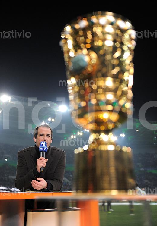 Fussball DFB Pokal:  Saison   2011/2012  Achtelfinale  21.12.2011 Borussia Moenchengladbach - FC Schalke 04 Mehmet Scholl neben dem POKAL