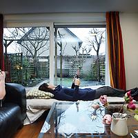 Nederland, Almere , 11 februari 2011..De familie Euferink Verhoeven s'ochtends in de woonkamer met uitzicht op de tuin..Hun huis staat te koop. Tegelijkertijd hebben ze al een nieuwe woning gekocht....Foto:Jean-Pierre Jans