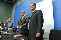 """20 AUG 2003, BERLIN/GERMANY:<br /> Gregor Gysi (L), ehem Vorsitzender PDS und Wirtschaftssenator Berlin a.D., und Olaf Scholz (R), SPD, Generalsekretaer, nach der Vorstellung von Gysis Buch """"Was nun? Ueber den Deutschlands Zusatnd und meinen eigenen"""", Bundespresseamt<br /> IMAGE: 20030820-01-021<br /> KEYWORDS: Generalsekretär, Buchvorstellung"""