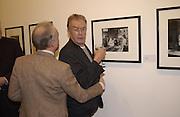 Nicholas Grace and Michael White. Robert Doisneau exhibition preview. Hamiltons. 20 November 2001. © Copyright Photograph by Dafydd Jones 66 Stockwell Park Rd. London SW9 0DA Tel 020 7733 0108 www.dafjones.com