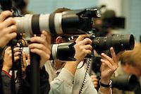 14.09.1998, Germany/Bonn:<br /> Fotojournalisten und Kameras, Pressekonferenz zum Ergebnis der Landtagswahl in Bayern mit GerhardSchröder, Bundes-Pressekonferenz<br /> IMAGE: 19980914-02/01-14<br />  <br /> KEYWORDS: Photographers, Fotograf, Fotografen, Kamera, Camera