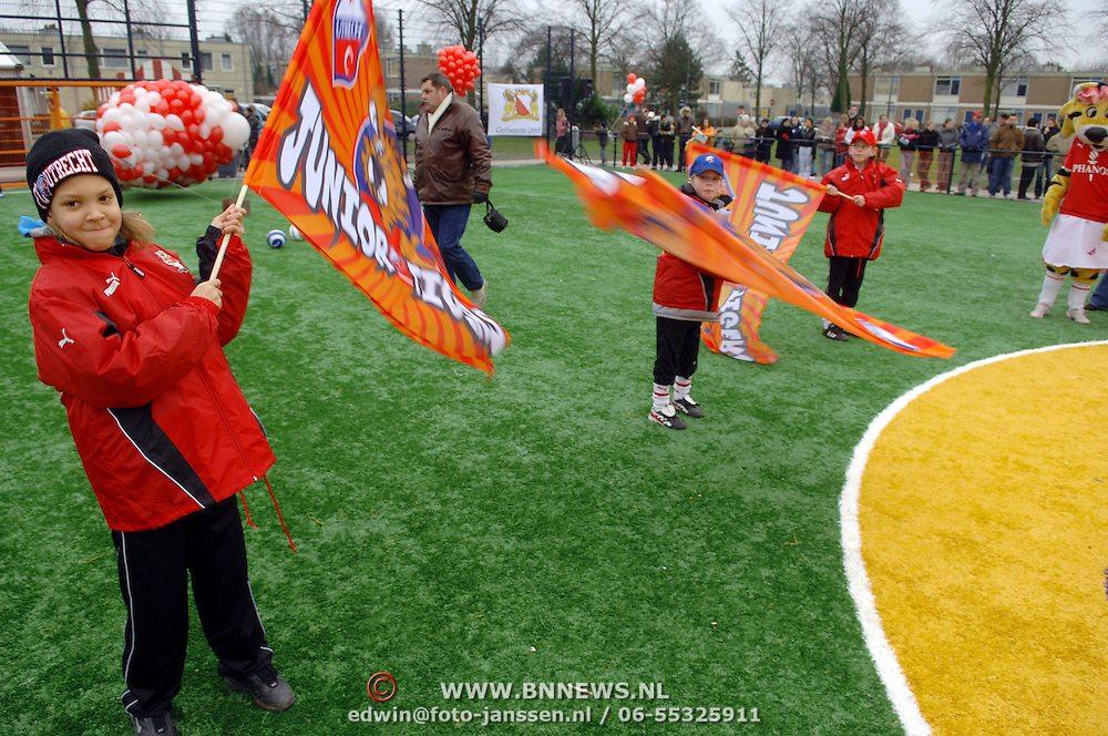 NLD/Utrecht/20060222 - Opening FC Utrecht Cruijff Court Utrecht, jeugdspelers met vlaggen