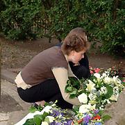NLD/Huizen/20060504 - Dodenherdenking 2006 Huizen, burgemeester Frans Willem van Gils gemeente Huizen, kranslegging verzet