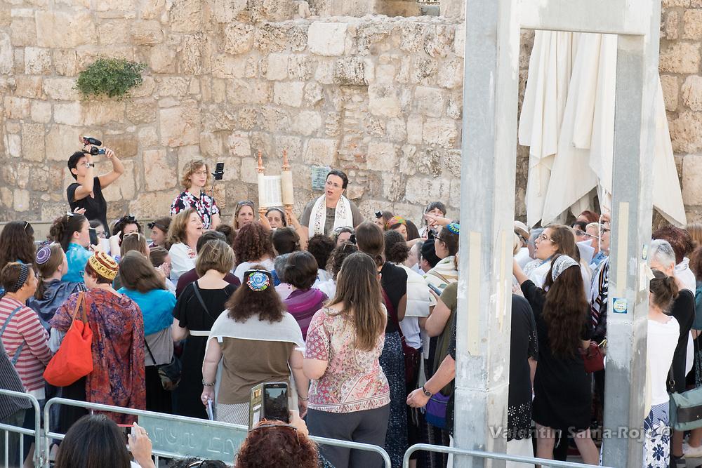 Jerusalem, Israel. 23rd August, 2017. Women of the Wall holding the Torah scroll during Rosh HaHodesh Elul prayer at the Western Wall in Jerusalem. © Valentin Sama-Rojo